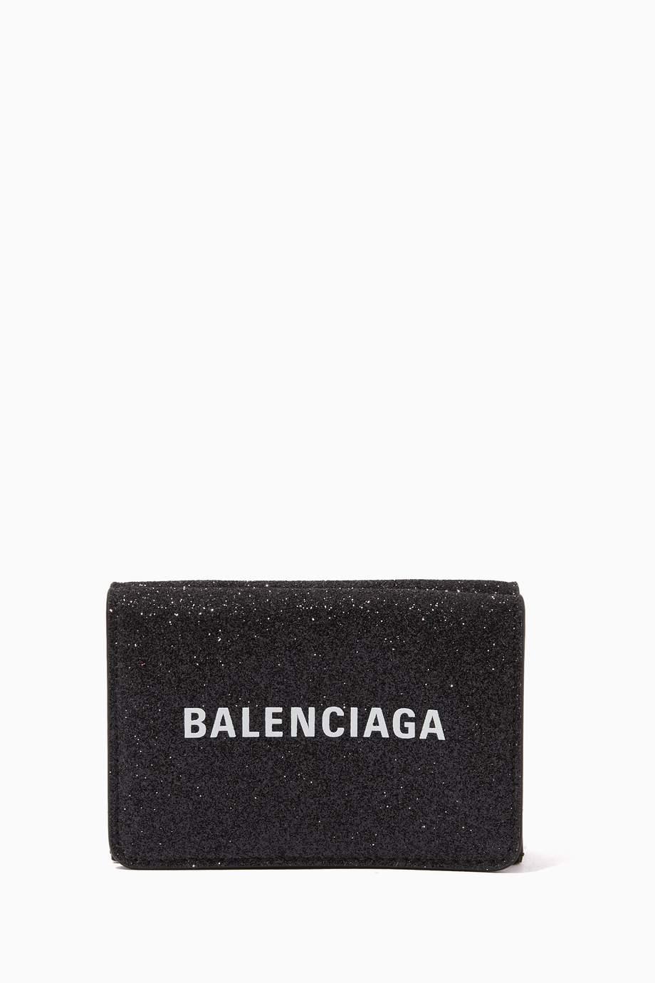 محفظة جلد مزين بالغليتر ثلاثية الطيات وشعار الماركة
