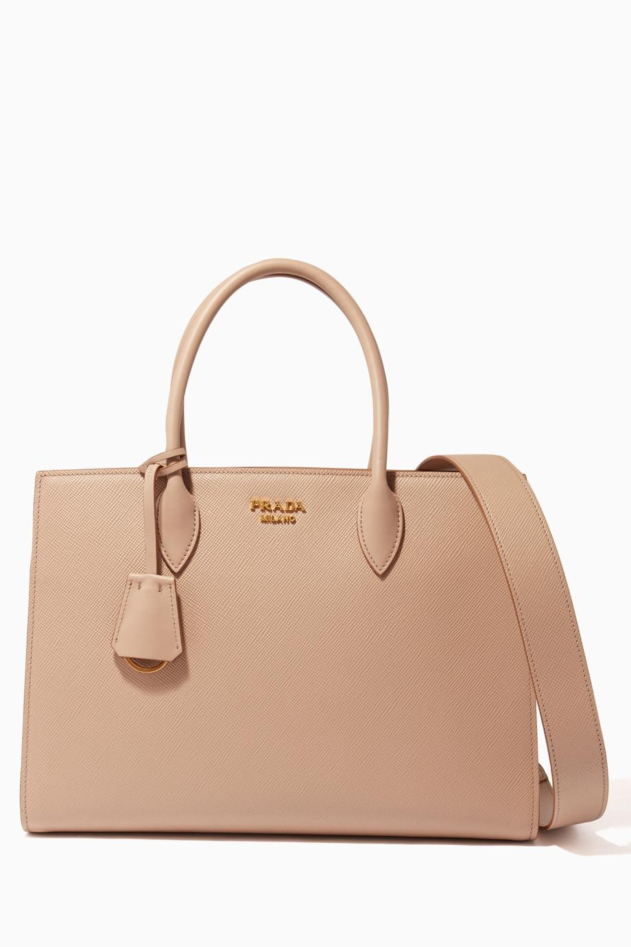 1d3a5824d تسوق حقيبة يد بيبيوتيك كبيرة جلد سافيانو بيج Prada لون طبيعى للنساء   اُناس  السعودية