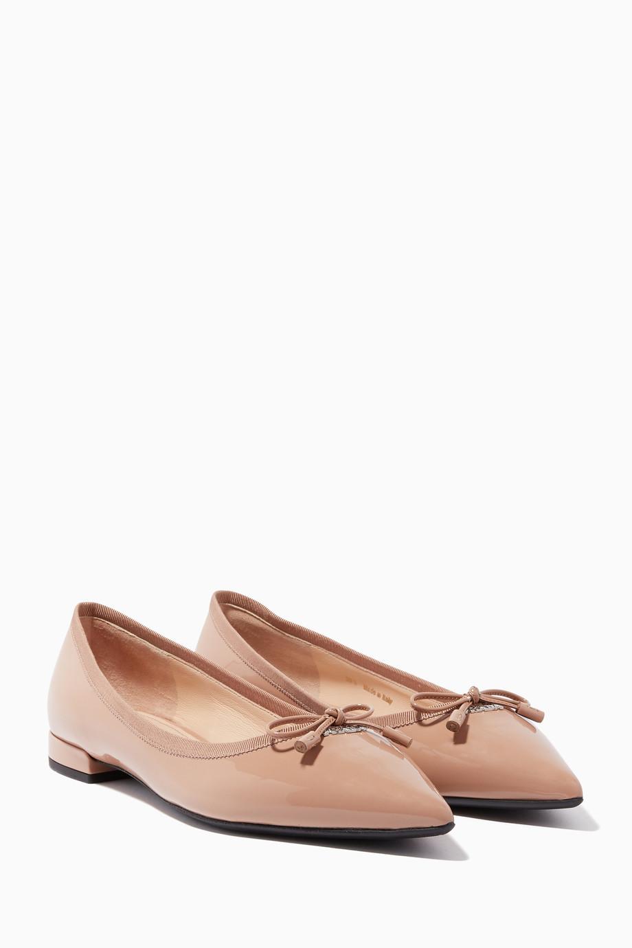 c8eaea444 تسوق حذاء باليرينا من الجلد اللامع بيج برادا لون طبيعى للنساء ...